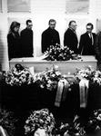 1992-1042 Vele belangstellenden nemen in crematorium Hofwijk afscheid van Bep van Klaveren. Midden: Aad Westerlaken, ...