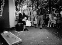 1992-1067 Vernieuwing van het Noordplein. Door een voetafdruk te plaatsen in een bak met cement, zet wethouder ...