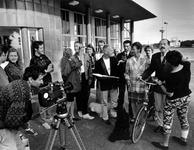 1992-1100 Regisseur Rob de Vries (midden) bij de Maastunnelingang op Rotterdam Zuid. Hij instrueert de akteurs voor de ...