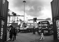 1992-1149 Open Havendagen, Publiek wordt met bussen naar verschillende havenlokaties gebracht. Hier bij Unitcentre Heyplaat.