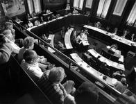 1992-1150 Beslissing over de Hef., Overzicht van de Raadszaal waar men debatteert over de toekomst van de brug over de ...