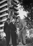 1992-1209 Onthulling standbeeld Bep van Klaveren., Anton Geesink(rechts) in een onderonsje met Theo Huizenaar(midden) ...