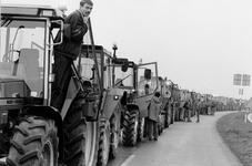 1992-1265 Boerenprotest., Ongeveer 350 boeren op tractoren afkomstig van de Zuidhollandse en Zeeuwse eilanden trekken ...