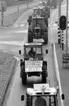 1992-1266 Boerenprotest., Ongeveer 350 boeren op tractoren afkomstig van de Zuidhollandse en Zeeuwse eilanden trekken ...