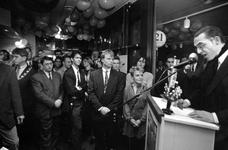 1992-1467 Opening Bastion Hotel., Burgemeester Peper en voordrachtskunstenaar/schrijver Jules Deelder openen het ...