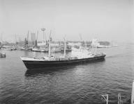 1992-2148 Gezicht op de Nieuwe Maas in de richting van de Mullerpier, met op de voorgrond het schip de Katsedyk en op ...