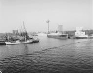 1992-2149 Gezicht op de Nieuwe Maas in de richting van de Parkhaven met afgemeerd het schip de Jan Bax en daarachter ...