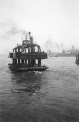 1992-221 Gezicht op de Nieuwe Maas met een wagenveer Vanuit noordelijke richting. Naar de zuidelijke oever. Op de ...