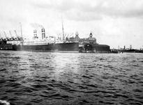 1992-3565 Gezicht op de Nieuwe Maas ter hoogte van de Wilhelminakade met het schip s.s. Rotterdam.