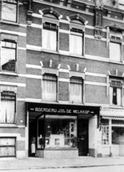 1992-368 Melkwinkel G.J. Suijker aan de Claes de Vrieselaan nummer 92a-b.