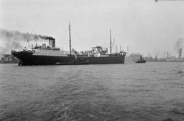 1992-3765 Het slepen van een Shelltanker op de Nieuwe Maas ter hoogte van de Merwehaven.
