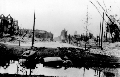 1992-4008 Gezicht op de door het Duitse bombardement van 14 mei 1940 getroffen omgeving van de Aert van Nesstraat, ...