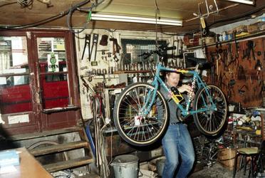 1992-4077 Gezicht in de fietsenwinkel Van Zessen aan de Claes de Vrieselaan nummer 98, hoek van de Volmarijnstraat.