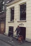 1992-4142 Rijwielherstelplaats Van Zessen aan de Volmarijnstraat.