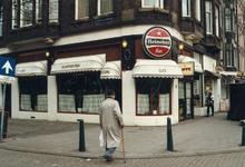 1992-4333 Café De Koperen Toog op de hoek van de Witte van Haemstedestraat, winkel in het Middellandplein.