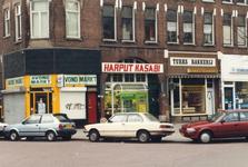 1992-4371 Winkels aan het Middellandplein, links de Joost van Geelstraat.