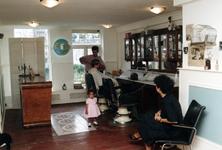 1992-4387 Mo's barbershop aan de Jacobusstraat 115.