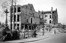 1992-569 Gezicht op de door het Duitse bombardement van 14 mei 1940 getroffen Leuvehaven. Restant van de Incassobank ...