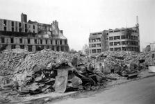 1992-577 Gezicht op de .Hoofdsteeg met verwoeste huizen en gebouwen, waaronder de firma Esders, als gevolg van het ...