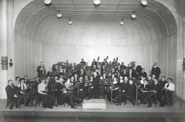 1992-605 Orkest op het podium in de Grote Doelezaal van De Doele aan de Coolsingel.