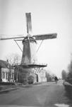 1992-84 De Kromme Zandweg tussen Zuidhoek en Boergoensevliet. Met korenmolen De Zandweg. Gerestaureerd in het jaar 1962.