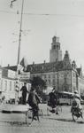 1992-994 Gezicht op de Coolsingel nabij de Kruiskade.Een politieagent regelt het verkeer.Op de achtergrond het stadhuis.