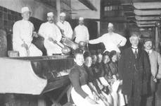 1993-1671 Medewerkers van het Soephuis aan de Gedempte Botersloot.