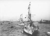 1993-2831-51 Gepavoiseerde Zweedse oorlogsschepen op de Nieuwe Maas. Rechts de loodsen van de Nederlands-Amerikaanse ...