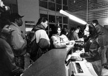 1993-3057 Drukte voor het politiebureau aan het Doelwater wegens versnelde aanvraagmogelijkheid voor verblijfsvergunning.