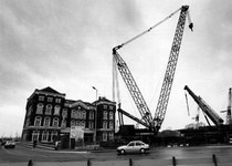 1993-3072 Aan de Binnenhaven, nabij het Poortgebouw, wordt het beweegbare deel van een nieuwe brug geassembleerd.