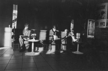 1993-3081 Bezoekers van de bioscoop Lumiere tijdens het Film Festival Rotterdam.