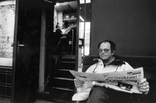 1993-3093 Bezoeker in de foyer van bioscoop Lumiere tijdens het Film Festival Rotterdam.