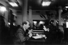 1993-3105 Ambassadeur Coen Stork met een journaliste in Dudok tijdens het Film Festival Rotterdam.