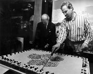 1993-3143 Wethouder J.W. van der Schalk opent in het Informatiecentrum 'Het Nieuwe Rotterdam' een tentoonstelling over ...