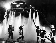 1993-3184 De Rotterdamse brandweer tracht binnen het kader van het televisieprogramma 'Wedden dat....' op de Müllerpier ...