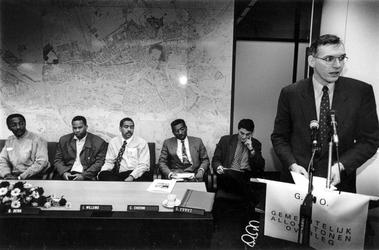 1993-3190 Wethouder Smit spreekt aanwezigen toe bij de oprichtingsvergadering van het Gemeentelijk Allochtonen Overleg.