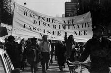 1993-3225 Tijdens de Internationale Vrouwendag protesteren 120 vrouwen op de Coolsingel tegen discriminatie.