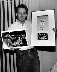 1993-3264 Fotograaf Ronald Goudberg, werkzaam bij fotobureau Cor Vos, wint met een foto omtrent de Bijlmer-vliegramp in ...