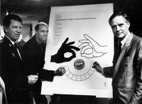 1993-3304 Feyenoordvoetballer John Metgod (tweede van links) en de voorzitter van de Deelgemeente IJsselmonde, Coos ...