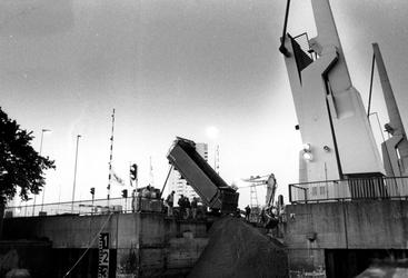 1993-3340 Demping van de Zalmhaven in aanloop tot de bouw van de Erasmusbrug ter hoogte van de Stokkenbrug.