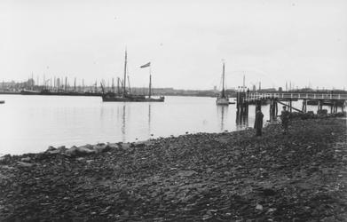 1993-3473 De Nieuwe Maas met rechts een steiger bij de Oude Plantage.
