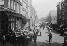 1993-3487 De markt aan de Gedempte Botersloot, rechts de Prinsenkerk op de hoek met de Nieuwemarkt.