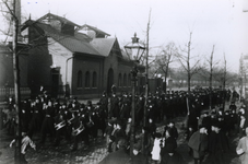 1993-3496 Mariniers marcheren richting Goudsesingel.