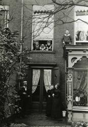 1993-3498 Familie De Heer waarschijnlijk voor haar huis op nummer 194 aan de Boezemsingel.