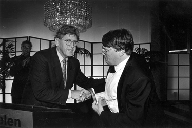 1993-3572 Burgemeester dr. A. Peper neemt in de Doelen afscheid van Jeffrey Tate, vertrekkend chef-dirigent van het ...