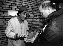 1993-3657 De architect Henk Engel metselt in de gevel van een wonig op de hoek Riederlaan-Hollandsestraat een ...