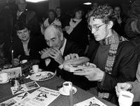 1993-3699 De minister van So.Za.We. dr. B. de Vries opent in het gebouw 'De Veste het tijdelijke 'studenten-restaurant ...