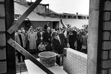 1993-3710 Direkteur P. Kuenzli van het Gemeentelijk Woningbedrijf Rotterdam plaatst een gedenksteen in de Heer ...