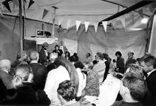 1993-3715 Wethouder E. Hallensleben opent het project 'Buurtbeheer Bedrijf Hillesluis' aan de Groningerstraat.