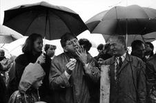 1993-3720 Burgemeester A. Peper, links van burgemeester M.Th. v.d. Wouw van Barendrecht, bezeert zich tijdens het ...
